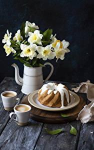 Bilder Narzissen Keks Kaffee Cappuccino Tasse Teller Lebensmittel Blumen