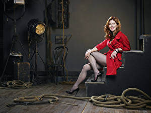 Fotos Treppen Lächeln Rotschopf Umhang Hand Bein Sitzend Stöckelschuh Strumpfhose Dana Delaney Mädchens