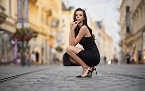 Hintergrundbilder Pose Sitzt Kleid Starren Bokeh Daniela junge Frauen