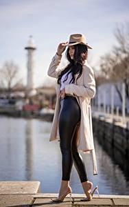Bilder Unscharfer Hintergrund Seitlich Brünette Der Hut Hand Umhang Bein High Heels Dayana Mädchens