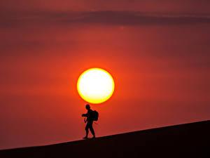 Fotos Wüste Sonnenaufgänge und Sonnenuntergänge Mann Silhouette Sonne