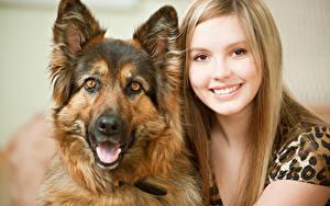 Bilder Hunde Blondine Gesicht Lächeln Shepherd junge Frauen Tiere