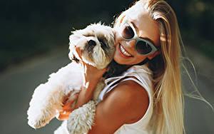Bilder Hund Blondine Lächeln Brille Welpen