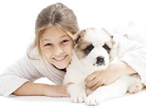 Bilder Hunde Weißer hintergrund Kleine Mädchen Lächeln Shepherd Welpen Caucasian Shepherd Kinder