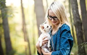 Hintergrundbilder Hund Brille Blond Mädchen Chihuahua Lächeln junge frau Tiere