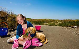 Fotos Hunde Golden Retriever Kleine Mädchen Lächeln Sitzend Starren Welpe Tiere
