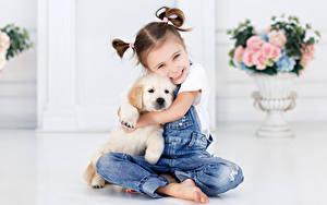 Fotos Hunde Kleine Mädchen Lächeln Jeans Sitzen Welpe Kinder