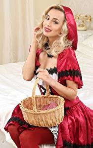 Hintergrundbilder Dominika Jandlova Coxy Rotkäppchen Uniform Weidenkorb Blond Mädchen Lächeln Hand Sitzt junge frau