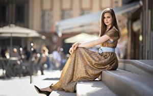 Hintergrundbilder Kleid Unscharfer Hintergrund Sitzt High Heels Model Treppe Braune Haare junge frau Mädchens