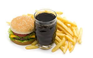 Fotos Getränke Pommes frites Hamburger Brötchen Fast food Weißer hintergrund Trinkglas