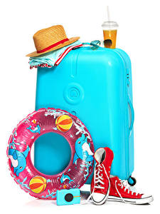 Fotos Getränke Weißer hintergrund Koffer Der Hut Trinkglas Brille Plimsoll Schuh