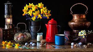 Bilder Ostern Stillleben Narzissen Kerzen Vase Ei Becher Blumen Lebensmittel