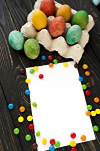 Fotos Ostern Süßware Dragee Bretter Vorlage Grußkarte Eier Bunte das Essen