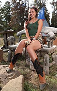 Hintergrundbilder Elena Generi Bank (Möbel) Sitzt Bein Lächeln junge frau