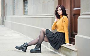Fotos Sitzen Boots Bein Rock Sweatshirt Piercing Braunhaarige Starren Elisa junge Frauen