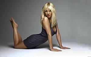 Bilder Elisha Cuthbert Blond Mädchen Pose Hand Kleid Prominente Mädchens