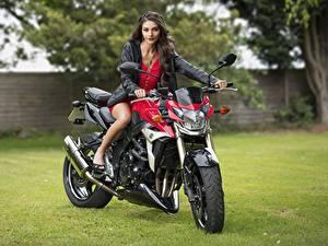 Hintergrundbilder Jacke Kleid Starren Model Elle junge Frauen Motorrad