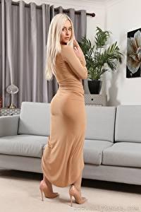 Fotos Elle M Only Sofa Blond Mädchen Starren Kleid High Heels junge frau
