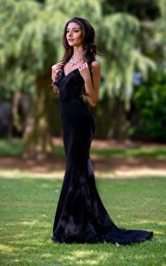 Bilder Model Pose Kleid Blick Unscharfer Hintergrund Elle Mädchens