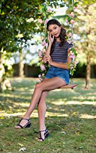 Fotos Model Schaukel Sitzend Bein Shorts Starren Elle Mädchens