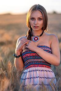 Hintergrundbilder Pose Kleid Hand Starren Unscharfer Hintergrund Emilia Piotrowska Mädchens