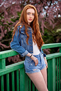 Hintergrundbilder Rotschopf Pose Shorts Starren Emilia Mädchens