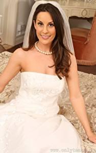 Bilder Emily Jane Williams Halsketten Bräute Hand Braune Haare Starren Lächeln junge frau