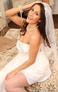 Hintergrundbilder Emily Jane Williams Halsketten Braut Sitzt Blick Hand Lächeln Kleid junge Frauen