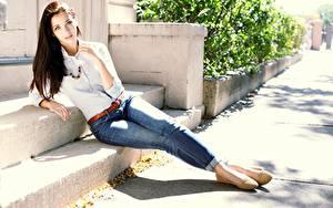 Fotos Braunhaarige Pose Hand Jeans Bein Emily Rudd junge frau