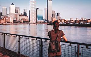 Bilder England Fluss Wolkenkratzer London Zaun Hinten Braune Haare Rucksack London Banking Centre Städte
