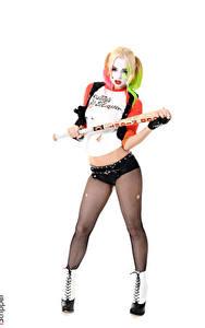 Hintergrundbilder Estonika iStripper Harley Quinn Held Weißer hintergrund Cosplay Uniform Blondine Hand Shorts Bein Strumpfhose junge frau