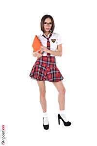 Desktop hintergrundbilder Eve Sweet iStripper Weißer hintergrund Schülerin Braune Haare Brille Krawatte Hand Rock Bein High Heels junge frau