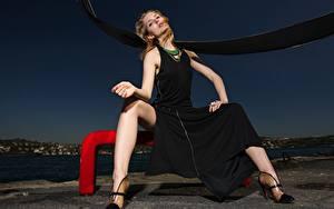 Fotos Abend Braune Haare Kleid Sitzt Hand Bein Stöckelschuh Mädchens