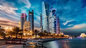 Fotos Abend Gebäude Wolkenkratzer Waterfront Palmengewächse Qatar, Doha