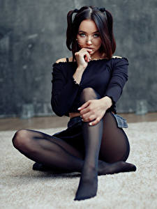 Hintergrundbilder Evgeniy Bulatov Pose Sitzend Bein Strumpfhose Brille Starren Lidiya Sagadeeva Mädchens