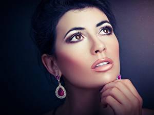 Hintergrundbilder Augen Hautnah Gesicht Brünette Ohrring Hand Schminke Schön junge Frauen