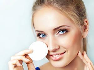 Desktop hintergrundbilder Augen Model Hübsche Schminke Gesicht Starren junge Frauen