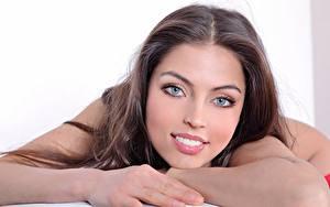 Hintergrundbilder FERGIE A Valentina Kolesnikova Braunhaarige Starren Lächeln Hand Schön junge frau
