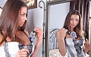 Hintergrundbilder FERGIE A Valentina Kolesnikova Schmuck Braunhaarige Starren Spiegel Spiegelung Spiegelbild Hand junge Frauen
