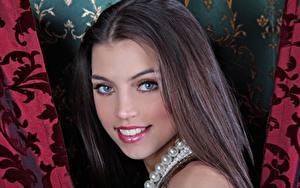 Hintergrundbilder FERGIE A Valentina Kolesnikova Halskette Braunhaarige Blick Lächeln Model junge Frauen