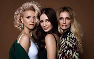 Bilder Fabrika Blondine Dunkelbraun Braune Haare Drei 3 Prominente Mädchens