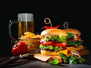 Hintergrundbilder Fast food Burger Bier Gemüse Schneidebrett Becher Gabel