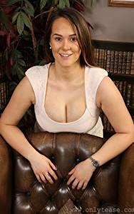 Hintergrundbilder Felicity Hill Braune Haare Blick Lächeln Hand Brust Dekolletee junge frau