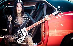 Hintergrundbilder Gitarre Sitzend Brünette Tätowierung Türen Femke Fatale, inkedgirl Prominente Musik Mädchens Autos