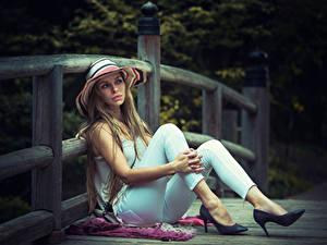Hintergrundbilder Zaun Dunkelbraun Der Hut Sitzt Hand Bein Stöckelschuh junge frau