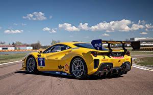 Fotos Ferrari Gelb Metallisch 488 Challenge Evo, 2020 Autos