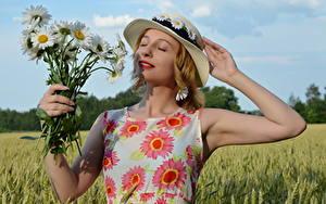 Hintergrundbilder Acker Sträuße Kamillen Blondine Kleid Der Hut Hand Victoria Borodinova Blumen