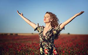 Bilder Acker Mohnblumen Unscharfer Hintergrund Posiert Kleid Hand Alba Morales junge frau