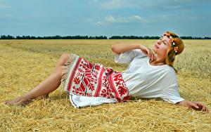 Fotos Acker Liegen Kleid Stroh Kranz Victoria Borodinova junge frau