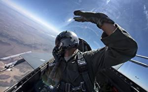 Bilder Jagdflugzeug F-16 Fighting Falcon Cockpit Helm Sidewinder AIM-9 Luftfahrt